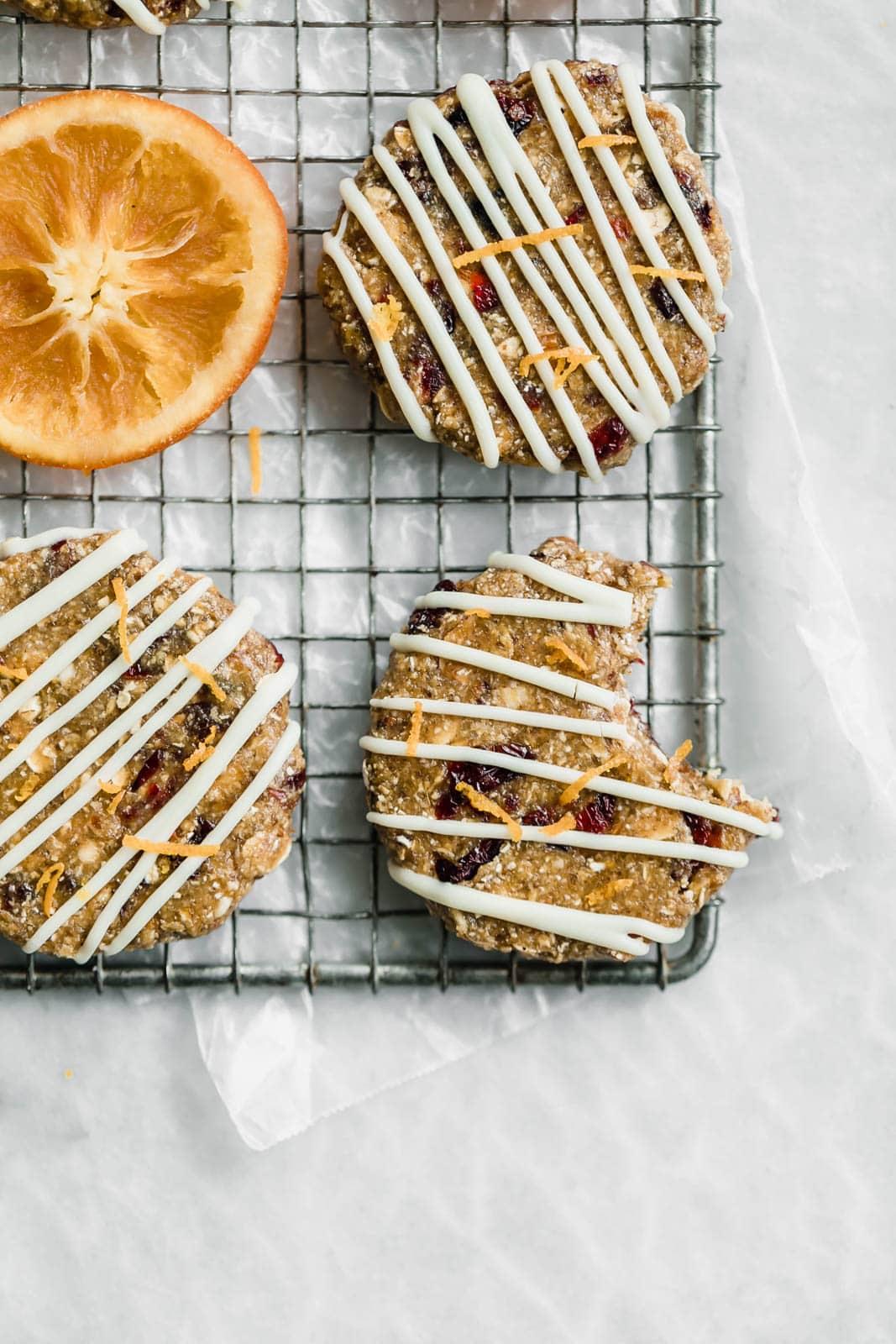 Nyers, gluténmentes és vegán, ezek a sütés nélküli áfonyás narancssárga bárok a legjobb módja a nap kezdésének.