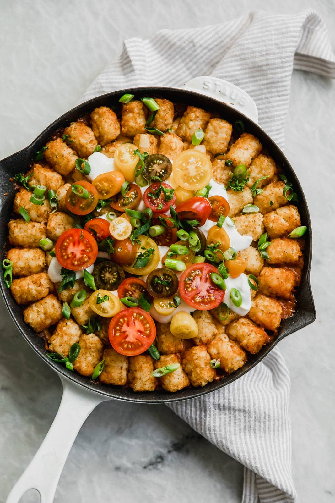 Cheeseburger Tater Tot Casserole: tastes just like a cheeseburger, topped with gooey cheese and a layer of crispy tater tots. Perfect for the Superbowl!
