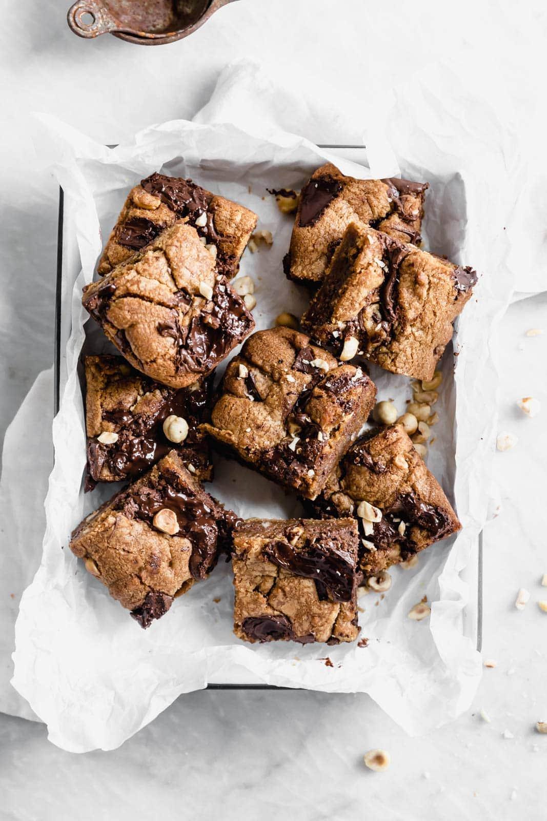 Barna vaj Nutella csokoládé chips süti zsíros örvényekkel és enyhén pirított mogyoróval.  A sós édes csemege biztosan showstopper lesz.