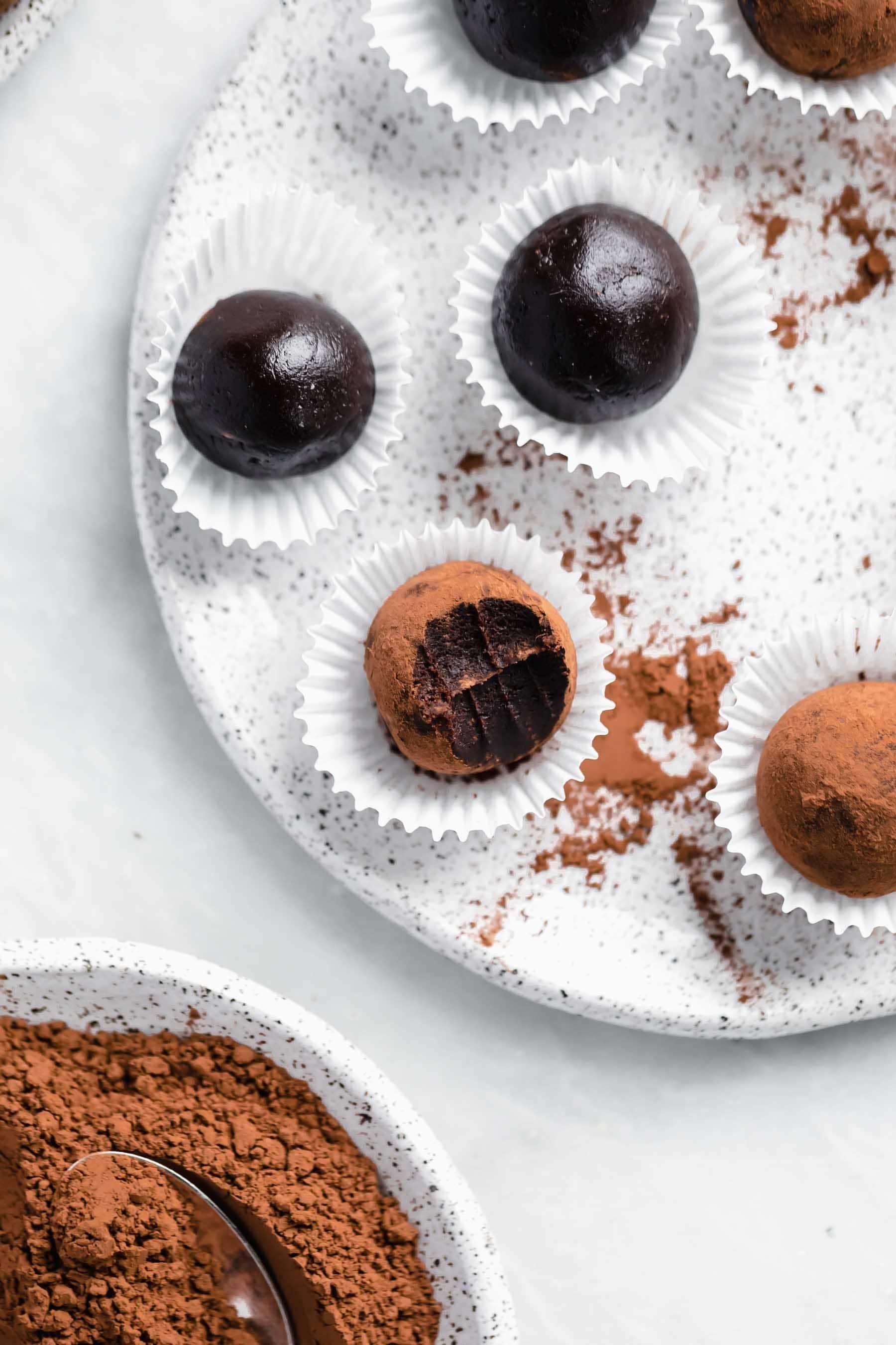 Soha nem tudhatod, hogy ezek a furcsa, egészséges vegán brownie szarvasgombák nyersek, finomított cukor- és gluténmentesek.  Ők egy csokoládé szerelmeseinek álma.