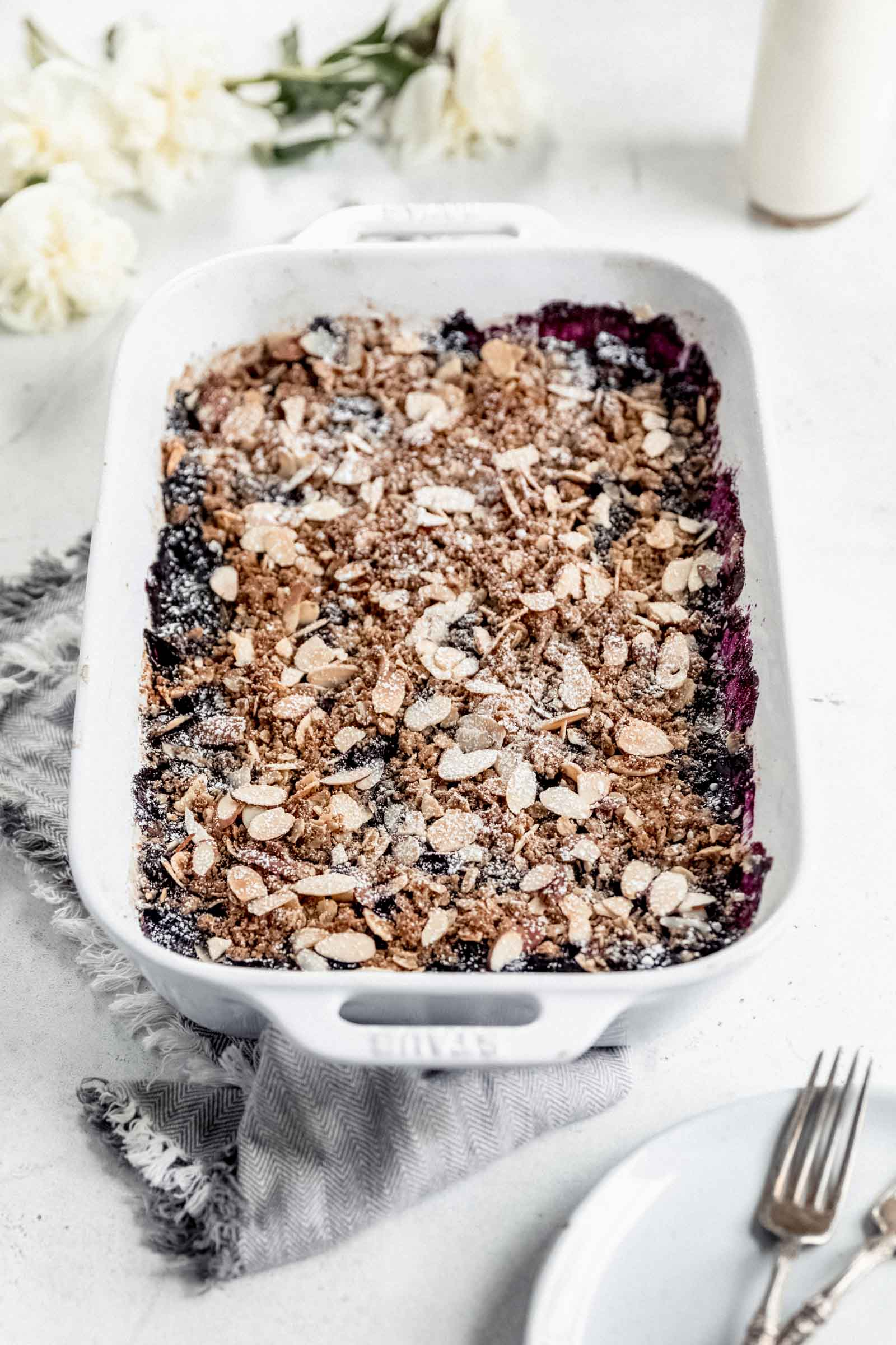 vegan blueberry crisp sprinkled with powdered sugar