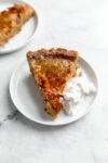 Donnez une touche amusante à la tarte à la citrouille classique avec cette tarte à la citrouille brûlée surmontée d'une croûte au sucre à croquer!