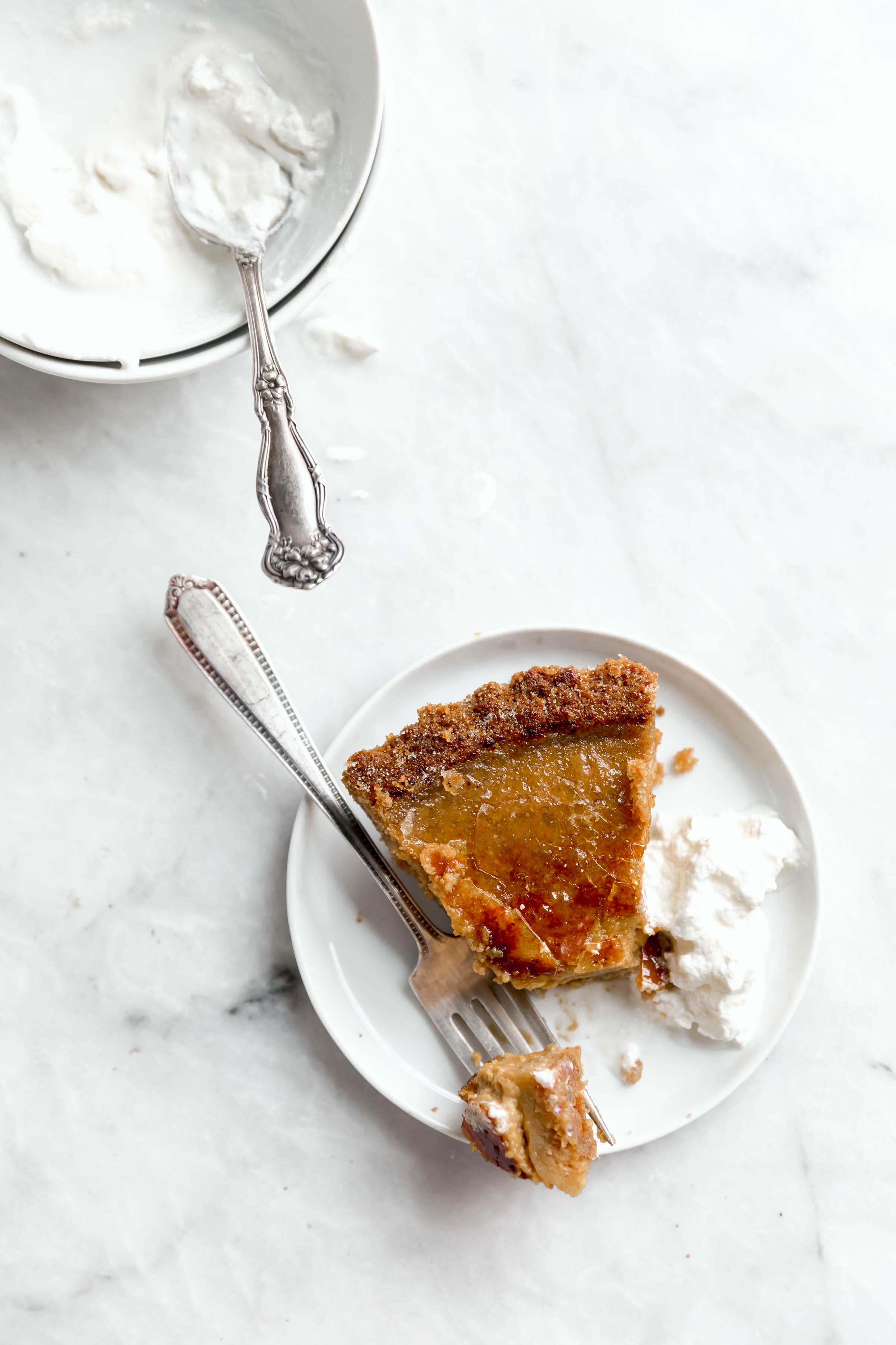 tranche de tarte à la citrouille et à la crème fouettée