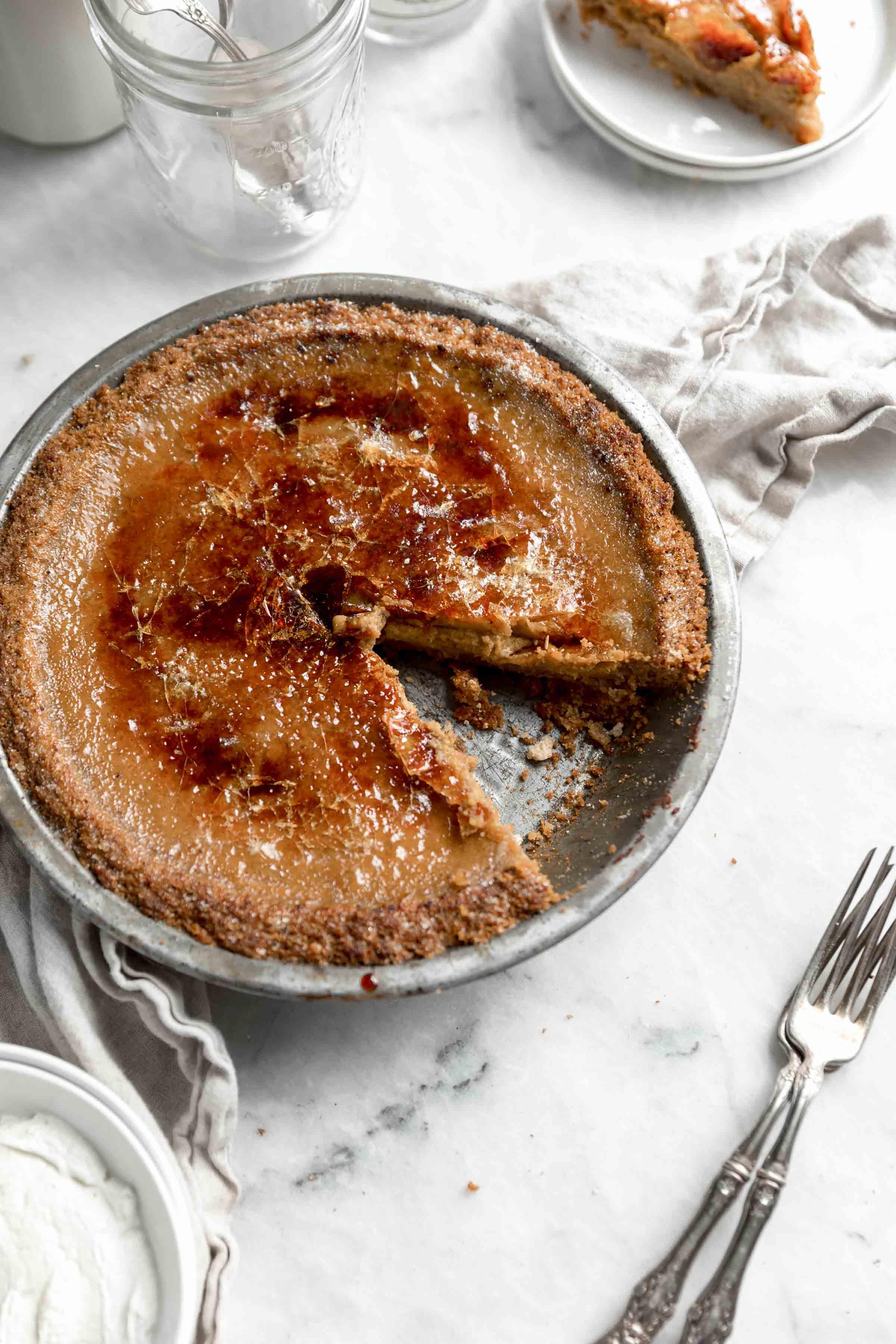 Aimez-vous la crème brûlée? Aimez-vous la tarte à la citrouille? Présentation du nouveau dessert préféré: la tarte à la citrouille brûlée. Crémeux, croquant et parfait pour Thanksgiving!