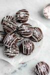 Bonne saison des biscuits de Noël, bébés! Préparez ces délicieux biscuits sandwich au chocolat et à la menthe poivrée pour votre prochain échange de biscuits!