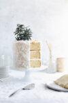 Il est temps de sortir tous les arrêts pour Noël avec ce gâteau au beurre de noix de coco. La pièce maîtresse parfaite pour votre table de desserts des Fêtes!