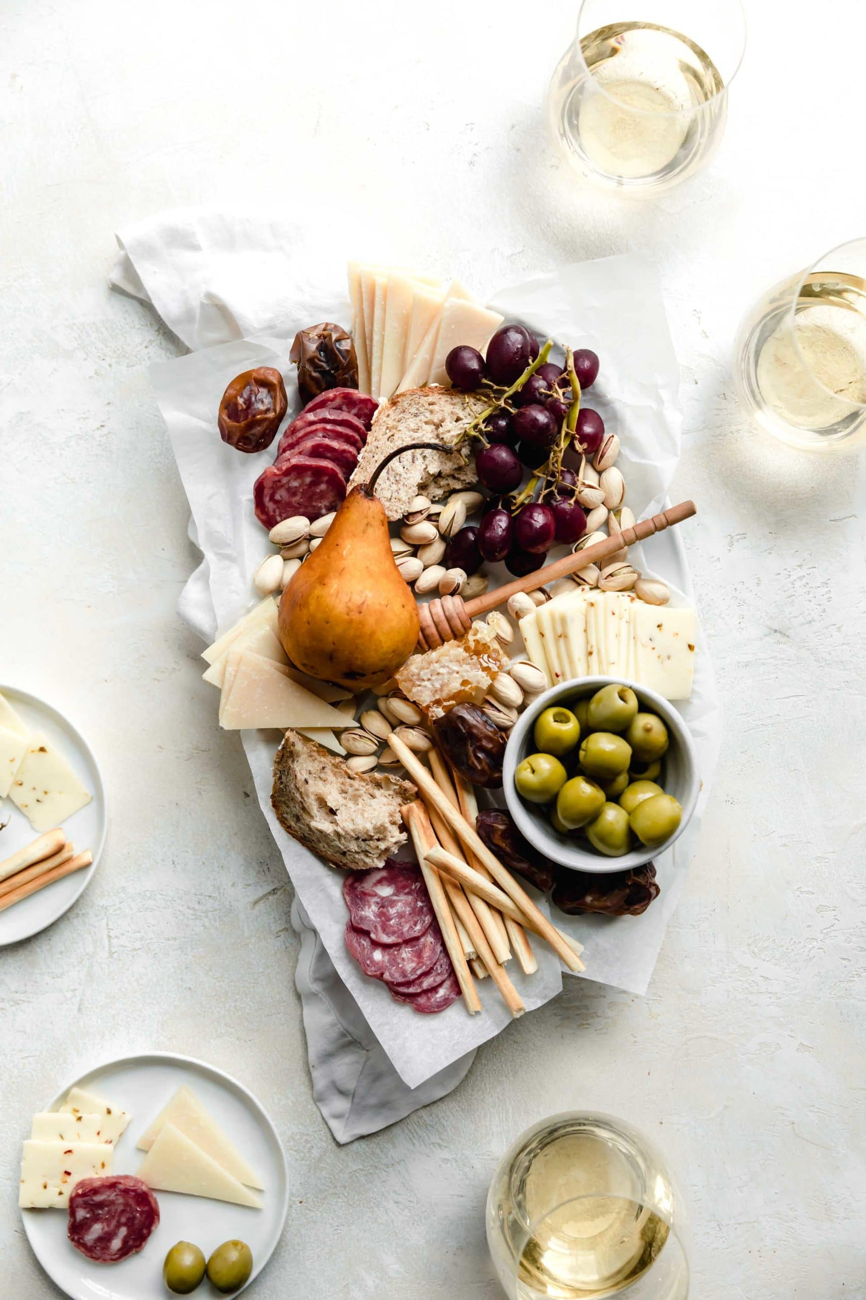 There is only one thing better than cheese, and that is cheese shared with friends! Whip up this easy holiday cheeseboard for your Friendsgiving or holiday party!