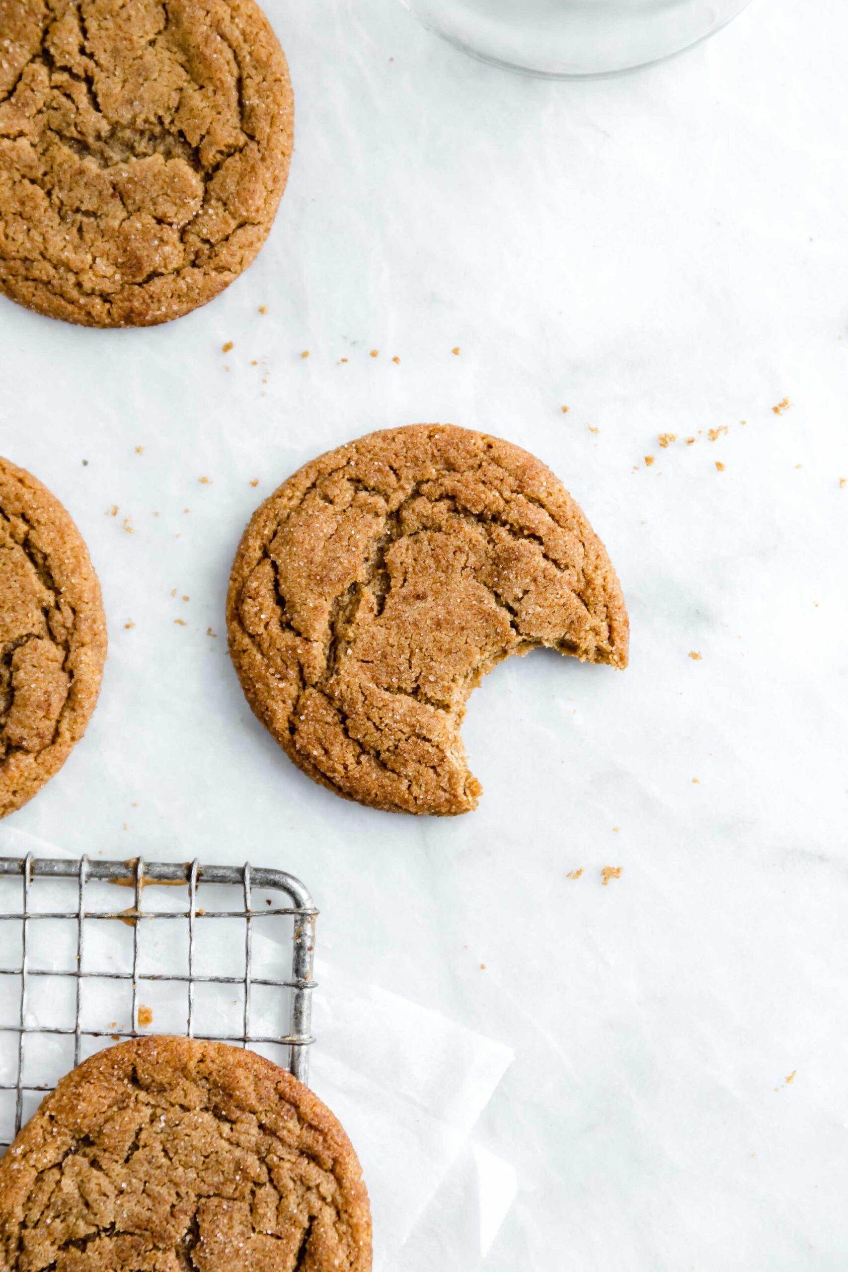 Gingersnaps et snickerdoodles ont eu un bébé avec ces gingembre délicieux. Zingy, moelleux, doux et parfait pour la saison des vacances!