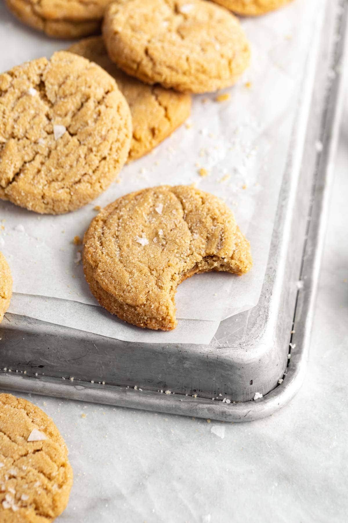 biscuits au beurre d'arachide sur une plaque à pâtisserie
