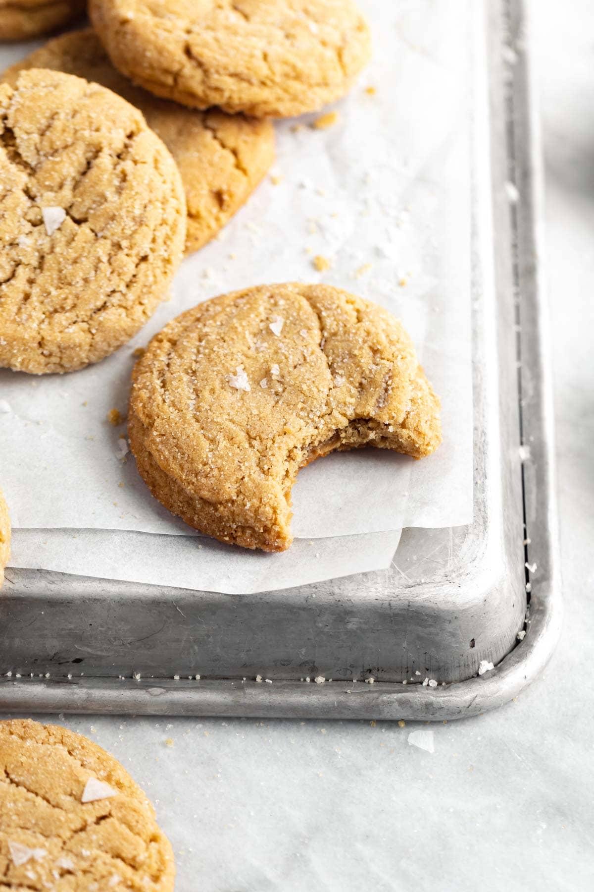 biscuit au beurre d'arachide tendre avec une bouchée