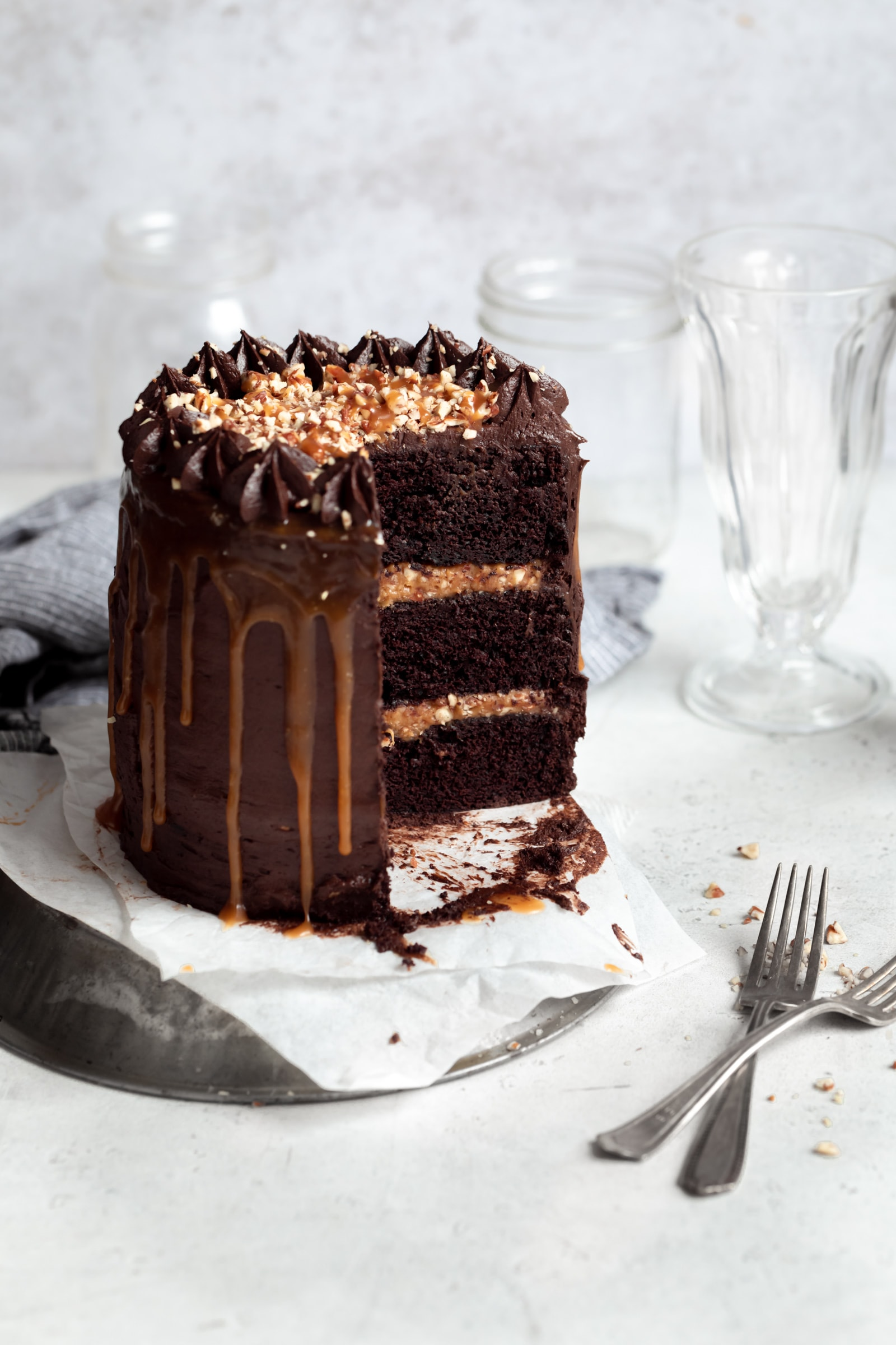 turtle layer cake with caramel praline filling
