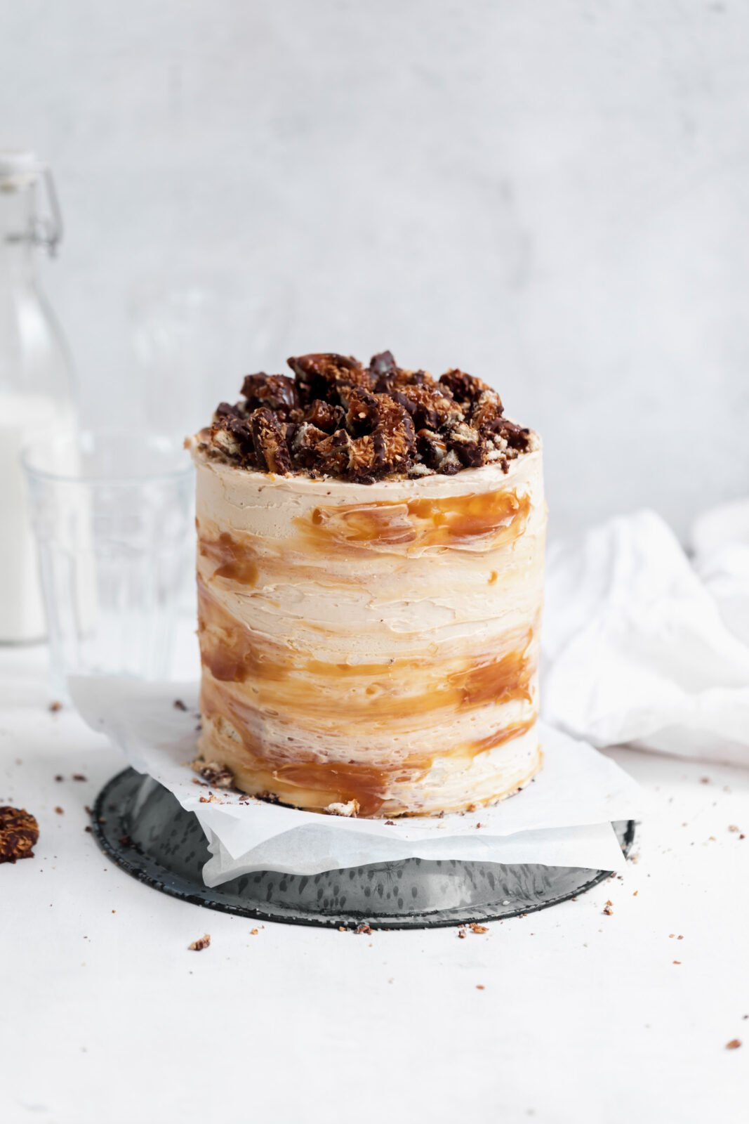samoa cake with caramel and coconut